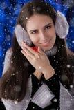 Vinterflicka med den lilla gåvaasken Arkivbilder