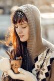 Vinterflicka med varm drinkjul Royaltyfria Foton