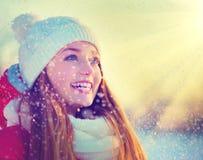 Vinterflicka som har gyckel Arkivfoton