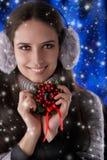Vinterflicka som rymmer en julgarnering Royaltyfri Bild