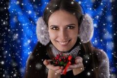 Vinterflicka som rymmer en julgarnering Arkivfoton