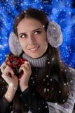 Vinterflicka som rymmer en julgarnering Royaltyfri Foto