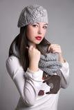 Vinterflickastående med halsduken och hatten royaltyfri fotografi