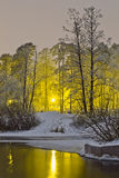 Vinterfloden på bakgrunden av nattstaden tänder Royaltyfri Foto