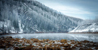 Vinterflodstrand i bergen Arkivfoto