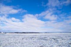 Vinterflodvatten med att sväva is Arkivbild