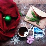 Vintergarnering Sammansättning på wood bakgrund Varmt te, stearinljus, klippt grapefrukt Jul bolljulen isolerade white för mood t Royaltyfri Fotografi