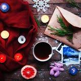 Vintergarnering Sammansättning på wood bakgrund Varmt te, stearinljus, klippt grapefrukt Jul bolljulen isolerade white för mood t Royaltyfri Bild