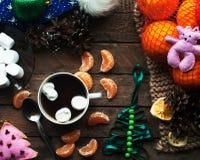Vintergarnering Sammansättning på wood bakgrund Varmt te, stearinljus, klippt grapefrukt Jul bolljulen isolerade white för mood t Royaltyfria Foton