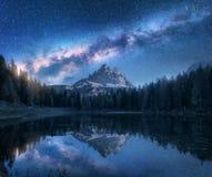 Vintergatan över berg och Antorno sjön på natten fotografering för bildbyråer