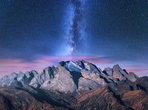 Vintergatan över berg på den stjärnklara natten i höst royaltyfri foto