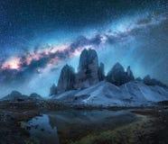 Vintergatan över berg på natten i sommar Landskap royaltyfri foto