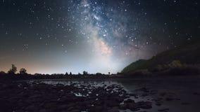 Vintergatan över bergfloden stock video