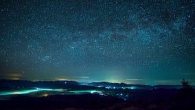 Vintergatan över bergstaden i dimman lager videofilmer