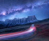 Vintergatan över bergvägen på natten i sommar royaltyfri fotografi