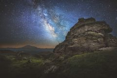Vintergatan över en vagga i bergen av Kaukasuset norr panorama för caucasus liggandeberg Ryssland royaltyfria bilder