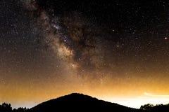 Vintergatan över ett berg Fotografering för Bildbyråer