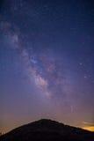 Vintergatan över ett berg Arkivbilder