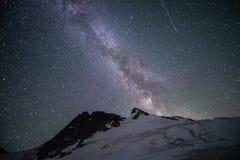 Vintergatan över ett berg Royaltyfri Bild