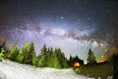 Vintergatan över Gran-träden fotografering för bildbyråer