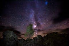 Vintergatan över krater av den nationella sylten för måne Royaltyfri Bild