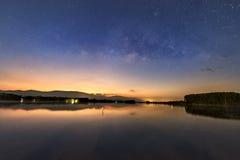 Vintergatan över sjön arkivbilder