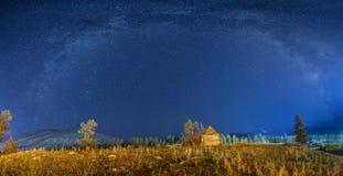 Vintergatan över woodenhuten Royaltyfri Fotografi