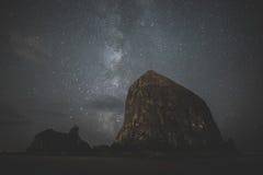 Vintergatan bak höstack vaggar Arkivbilder