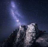 Vintergatan Det härliga nattlandskapet med vaggar och stjärnklar himmel royaltyfri fotografi