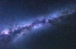 Vintergatan Fantastiskt nattlandskap med den ljusa mjölkaktiga vägen royaltyfri foto