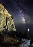 Vintergatan Härlig sommarnatt på havet Arkivfoto