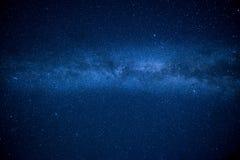 Vintergatan i den stjärnklara himlen för natt Arkivfoto