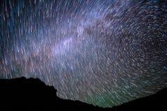 Vintergatan kameran medförda stjärnan för rotation s för rörelse för jordexponering långa bakkantr Arkivfoton
