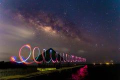 Vintergatan med LEDD ljus målning på en mörk natt Royaltyfri Bild