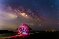 Vintergatan med LEDD ljus målning på en mörk natt Royaltyfria Bilder