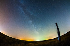 Vintergatan och en huvudgavel arkivbild