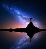 Vintergatan och man på vagga Galax universum Arkivbilder