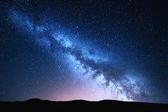 Vintergatan- och rosa färgljus på berg Färgrikt landskap för natt Royaltyfria Bilder