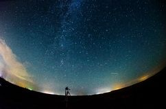 Vintergatan och stjärnklar himmel med moln royaltyfri foto