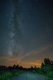Vintergatan och väg på solnedgången Royaltyfria Foton