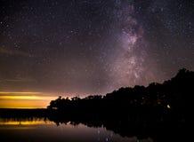 Vintergatan ovanför alaskabo sjön Royaltyfria Bilder