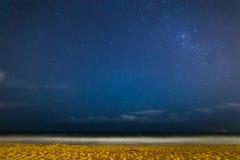 Vintergatan på den Narrabeen stranden Arkivbild