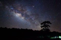 Vintergatan på den Phu Hin Rong Kla nationalparken, Phitsanulok Thailand Fotografering för Bildbyråer