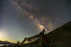 Vintergatan stiger över ladakh för pangongsjöleh i Leh Indien, långt exponeringsfotografi Fotografering för Bildbyråer