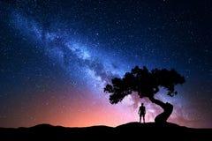 Vintergatan, träd och kontur av den ensamma mannen för bildinstallation för bakgrund härligt bruk för tabell för foto för natt fö Arkivfoton