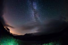 Vintergatanbåge och den stjärnklara himlen på fjällängarna Fisheye scenisk distorsion och 180 grad sikt Fotografering för Bildbyråer