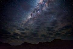 Vintergatanbåge, stjärnor i himlen, den Namib öknen i Namibia, Afrika Det lilla Magellanic molnet på vänstersidahandsidan Royaltyfri Bild