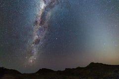 Vintergatanbåge, stjärnor i himlen, den Namib öknen i Namibia, Afrika Det lilla Magellanic molnet på vänstersidahandsidan Arkivfoto