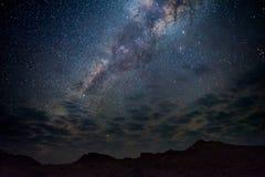 Vintergatanbåge, stjärnor i himlen, den Namib öknen i Namibia, Afrika Några sceniska moln royaltyfri fotografi