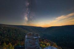 Vintergatangalax över Lindy Point i höst royaltyfria bilder